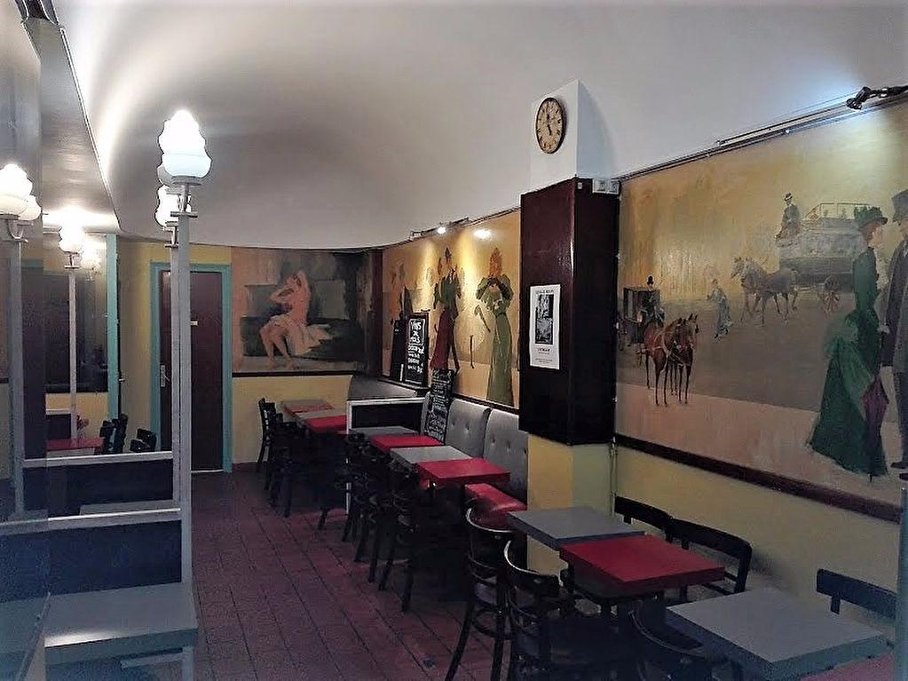 nombreux couverts brasserie paris
